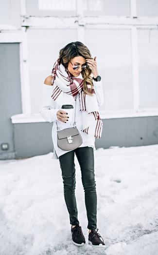 Come indossare e abbinare: maglione oversize bianco, jeans aderenti in pelle neri, scarpe sportive marrone scuro, borsa a tracolla in pelle grigia