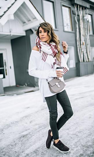 Come indossare e abbinare: maglione oversize bianco, jeans aderenti in pelle neri, scarpe sportive nere, borsa a tracolla in pelle grigia