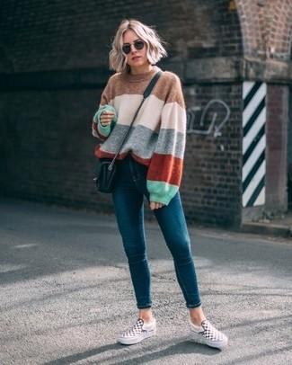 Come indossare e abbinare: maglione oversize a righe orizzontali multicolore, jeans aderenti foglia di tè, sneakers senza lacci a quadri bianche e nere, borsa a tracolla in pelle trapuntata nera