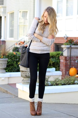 Come indossare: maglione oversize grigio, jeans aderenti neri, stivaletti con lacci in pelle marroni, calzini lunghi bianchi