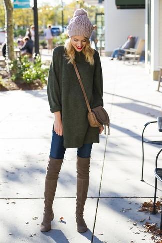 Come indossare e abbinare: maglione oversize verde scuro, jeans aderenti blu scuro, stivali sopra il ginocchio in pelle scamosciata marroni, borsa a tracolla in pelle marrone