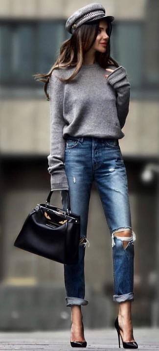 Abbina un maglione oversize grigio con jeans strappati blu scuro per un'atmosfera casual-cool. Prova con un paio di décolleté in pelle neri per dare un tocco classico al completo.