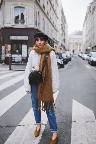 Come indossare: maglione oversize lavorato a maglia bianco, jeans blu, décolleté in pelle scamosciata marroni, borsa a tracolla in pelle nera