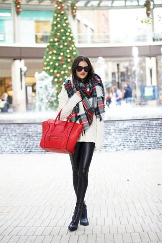 Come indossare: maglione oversize lavorato a maglia bianco, leggings in pelle neri, stivaletti in pelle neri, borsa shopping in pelle rossa