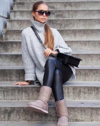 Come indossare e abbinare leggings in pelle neri: Indossa un maglione oversize lavorato a maglia grigio e leggings in pelle neri per un look perfetto per il weekend. Per distinguerti dagli altri, calza un paio di stivali ugg beige.