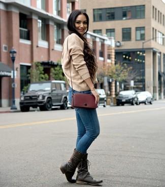 Come indossare: maglione oversize lavorato a maglia marrone chiaro, jeans aderenti blu, stivali al polpaccio in pelle marrone scuro, borsa a tracolla in pelle bordeaux