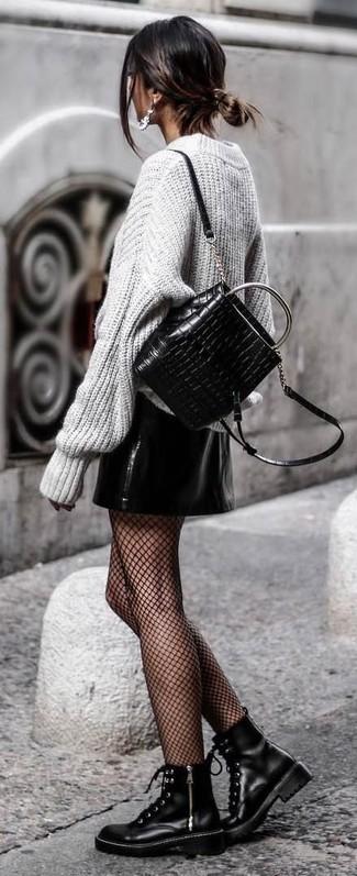 Potresti indossare un maglione oversize lavorato a maglia grigio e una minigonna in pelle nera per un fantastico look da sfoggiare nel weekend. Completa questo look con un paio di stivali piatti stringati in pelle neri.