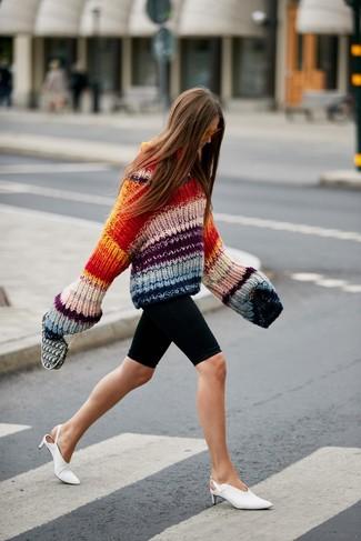Come indossare: maglione oversize lavorato a maglia multicolore, pantaloncini ciclisti neri, sabot in pelle bianchi, occhiali da sole arancioni