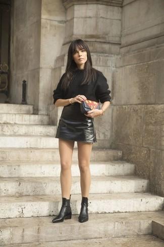 Una giornata impegnativa richiede un outfit semplice ma elegante, come un maglione oversize nero e una minigonna in pelle nera di Oakwood. Rifinisci questo look con un paio di stivali chelsea in pelle neri.
