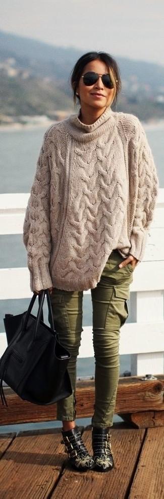 Scegli un maglione oversize lavorato a maglia beige e pantaloni cargo verde oliva per un look comfy-casual. Aggiungi un paio di stivaletti in pelle con borchie neri al tuo look per migliorare all'istante il tuo stile.