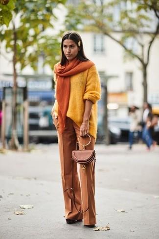 Come indossare: maglione oversize giallo, pantaloni larghi terracotta, décolleté in pelle scamosciata pesanti marroni, borsa a tracolla in pelle marrone