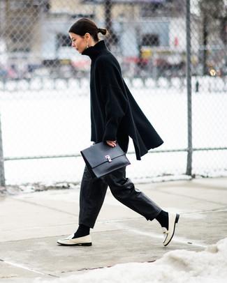 Come indossare e abbinare: maglione oversize lavorato a maglia nero, pantaloni larghi in pelle neri, mocassini eleganti in pelle bianchi, pochette in pelle nera