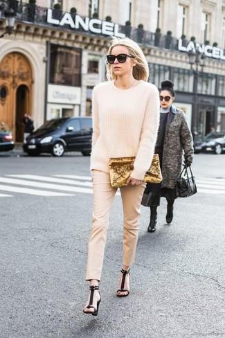 Come indossare: maglione oversize in mohair beige, pantaloni skinny beige, sandali con tacco in pelle scamosciata neri, pochette di velluto dorata