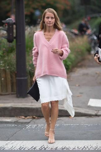 Come indossare e abbinare: maglione oversize rosa, vestito casual bianco, sandali con tacco in pelle beige, pochette in pelle nera
