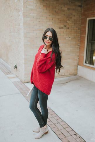 Come indossare: maglione oversize rosso, jeans aderenti neri, stivali chelsea in pelle scamosciata grigi, occhiali da sole neri