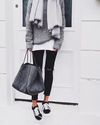 Come indossare e abbinare: maglione oversize lavorato a maglia grigio, t-shirt girocollo bianca, jeans aderenti strappati neri, sneakers basse nere e bianche