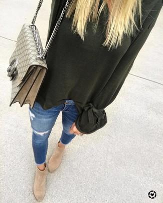 Come indossare: maglione oversize verde scuro, jeans aderenti strappati blu, stivaletti in pelle scamosciata marrone chiaro, cartella di tela stampata beige
