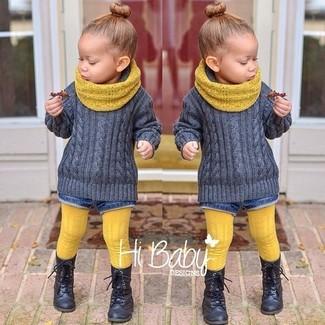 Come indossare: maglione grigio, pantaloncini di jeans blu, stivali neri, sciarpa gialla