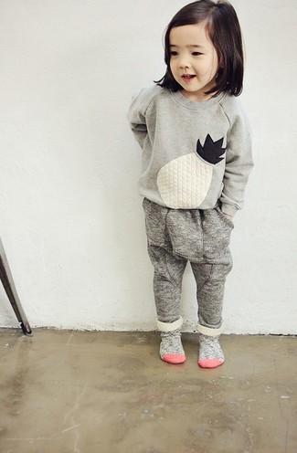Come indossare: maglione ricamato grigio, pantaloni sportivi grigi, calzini grigi