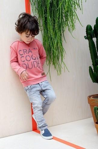 Come indossare e abbinare: maglione rosa, jeans azzurri, sneakers blu scuro