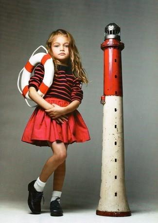 Come indossare: maglione a righe orizzontali rosso, gonna rossa, scarpe oxford in pelle nere, calzini bianchi