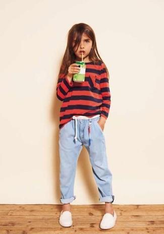 Come indossare: maglione rosso, jeans azzurri, sneakers bianche