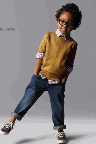 Come indossare e abbinare: maglione senape, camicia a maniche lunghe a quadretti rossa, jeans blu scuro, sneakers grigio scuro
