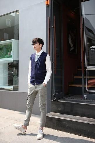 Moda ragazzo adolescente: Opta per una camicia elegante bianca per un look elegante e di classe.