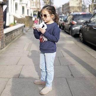 Come indossare: maglione stampato blu scuro, jeans azzurri, stivali grigi