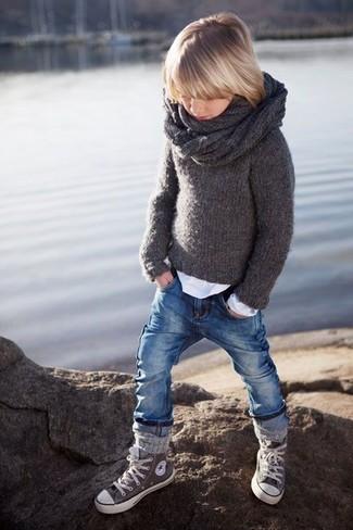 Come indossare e abbinare: maglione grigio scuro, t-shirt manica lunga bianca, jeans blu, sneakers grigie