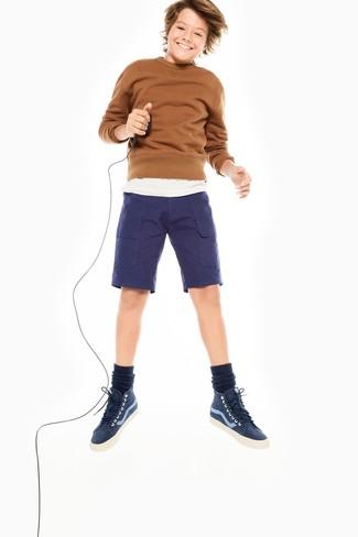 Come indossare: maglione marrone, t-shirt bianca, pantaloncini blu scuro, sneakers blu scuro