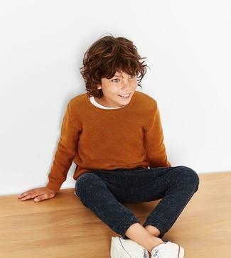 Come indossare e abbinare: maglione terracotta, t-shirt bianca, pantaloni sportivi neri, sneakers bianche