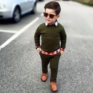 Come indossare e abbinare: maglione verde oliva, camicia a maniche lunghe scozzese rossa, jeans verde oliva, scarpe oxford marroni