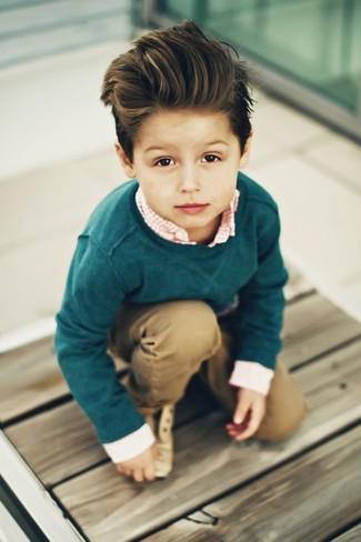 Come indossare: maglione verde scuro, camicia a maniche lunghe a quadretti arancione, pantaloni marrone chiaro, scarpe oxford marrone chiaro
