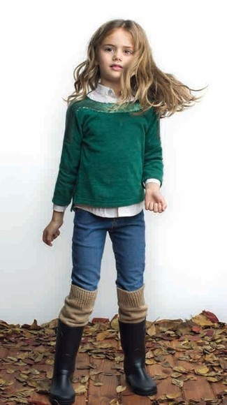 Come indossare: maglione verde scuro, camicia a maniche lunghe bianca, jeans blu, stivali di gomma neri