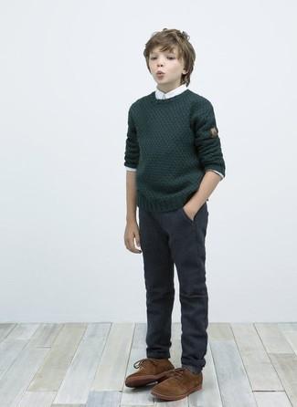 Come indossare e abbinare: maglione verde scuro, camicia a maniche lunghe bianca, pantaloni grigio scuro, scarpe oxford marroni