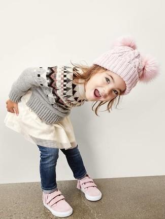 Come indossare: maglione grigio, vestito in tulle bianco, jeans blu scuro, sneakers rosa