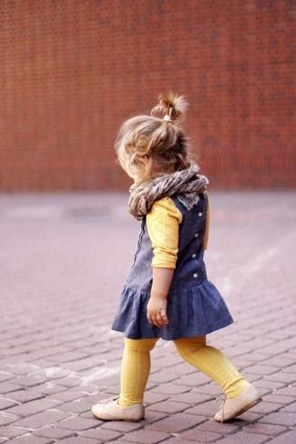 Come indossare: maglione giallo, vestito blu, scarpe oxford beige, sciarpa grigia