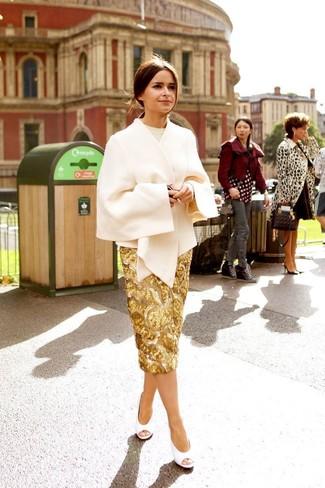 Come indossare: mantello beige, maglione girocollo beige, gonna a tubino con paillettes dorata, décolleté in pelle tagliati bianchi