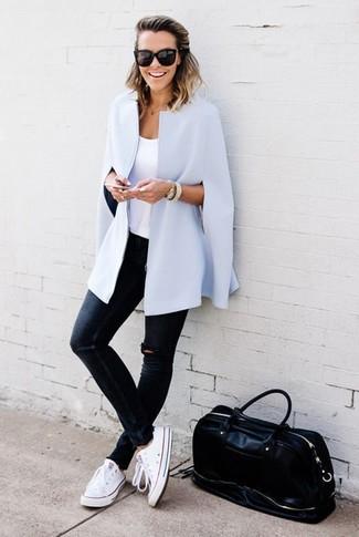 Metti un mantello azzurro e un borsone per un look ordinato e appropriato. Abbina questi abiti a un paio di sneakers basse di tela bianche.