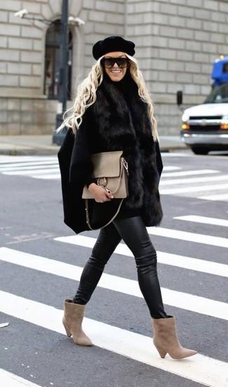 Perfeziona il look smart casual con un mantello nero e un berretto nero di Eugenia Kim. Un paio di stivaletti in pelle scamosciata beige si abbina alla perfezione a una grande varietà di outfit.