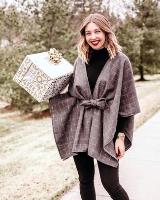 Come indossare: mantello a quadri grigio, dolcevita nero, jeans aderenti neri, orologio dorato