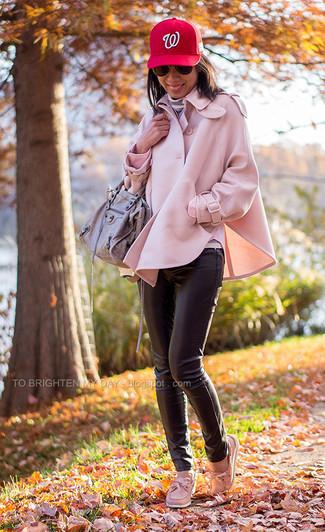 Come indossare e abbinare: mantello rosa, dolcevita a righe orizzontali grigio, pantaloni skinny in pelle neri, scarpe da barca in pelle rosa