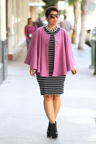 Come indossare e abbinare un mantello rosa: Scegli un outfit composto da un mantello rosa e un vestito aderente a righe orizzontali nero e bianco per un pranzo domenicale con gli amici. Stivaletti con lacci in pelle neri sono una eccellente scelta per completare il look.
