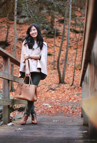 Come indossare e abbinare: mantello rosa, maglione girocollo leopardato grigio scuro, jeans aderenti verde scuro, stivaletti in pelle terracotta
