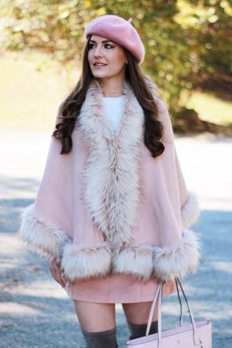 Come indossare e abbinare: mantello rosa, maglione girocollo bianco, minigonna in pelle scamosciata rosa, stivali sopra il ginocchio in pelle scamosciata grigio scuro