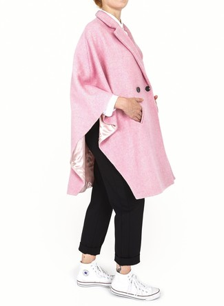 Come indossare e abbinare un mantello rosa: Vestiti con un mantello rosa e chino neri per un look spensierato e alla moda. Per un look più rilassato, prova con un paio di sneakers alte di tela bianche.