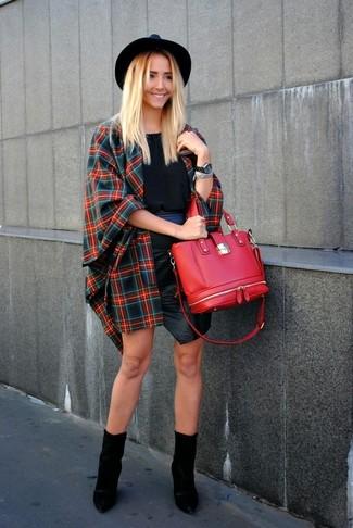 Un mantello scozzese rosso e blu scuro e una minigonna in pelle nera di Oakwood sono un outfit perfetto da sfoggiare nel tuo guardaroba. Opta per un paio di stivaletti in pelle neri per mettere in mostra il tuo gusto per le scarpe di alta moda.