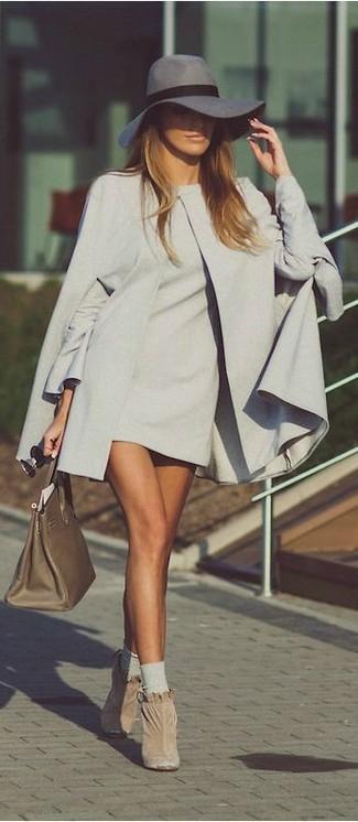Come indossare: mantello grigio, vestito a trapezio grigio, stivaletti in pelle scamosciata beige, borsa shopping in pelle verde oliva