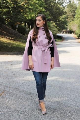 Come indossare e abbinare: mantello viola chiaro, maglione girocollo nero, jeans aderenti blu scuro, décolleté in pelle grigi